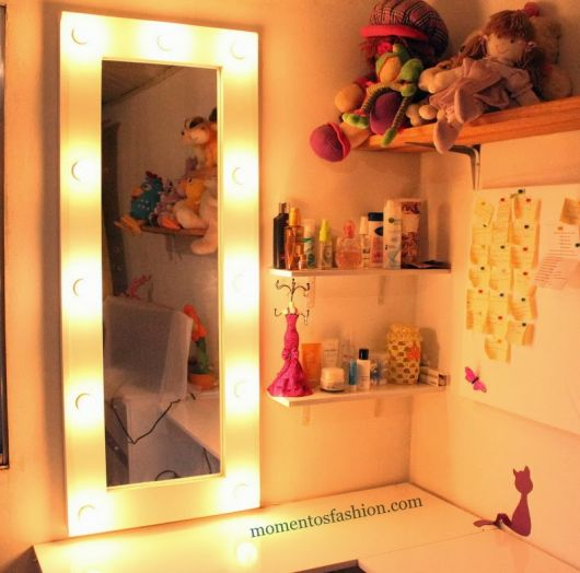 moldura para espelho na cor branca com luz led amarela.