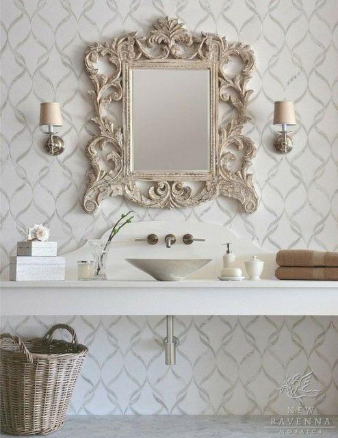 Banheiro branco com pia e espelho provençal.