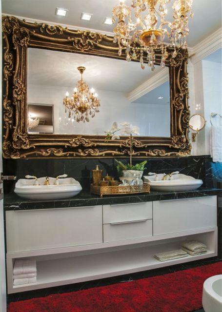 espelho de moldura clássica grande.