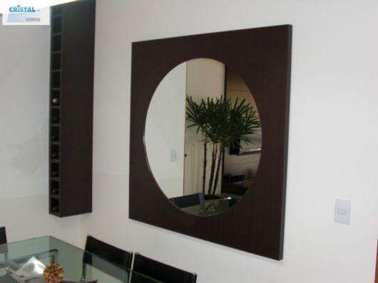 espelho com moldura marrom.