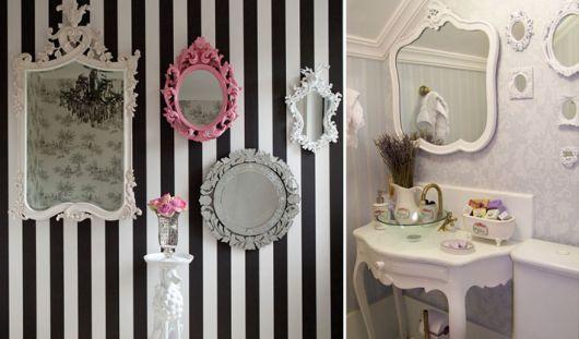 espelhos com molduras nas cores, branca, rosa e cinza.