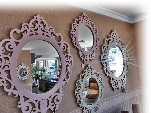 molduras de espelho na cor rosa e cinza.