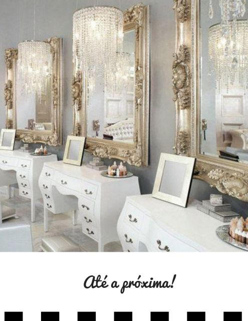 Espelhos em sala clássica com molduras douradas.