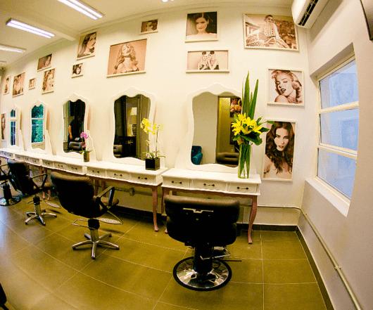 salão com penteadeiras