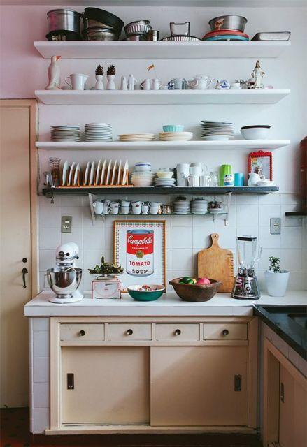 prateleiras para cozinha na cor branco e preto.