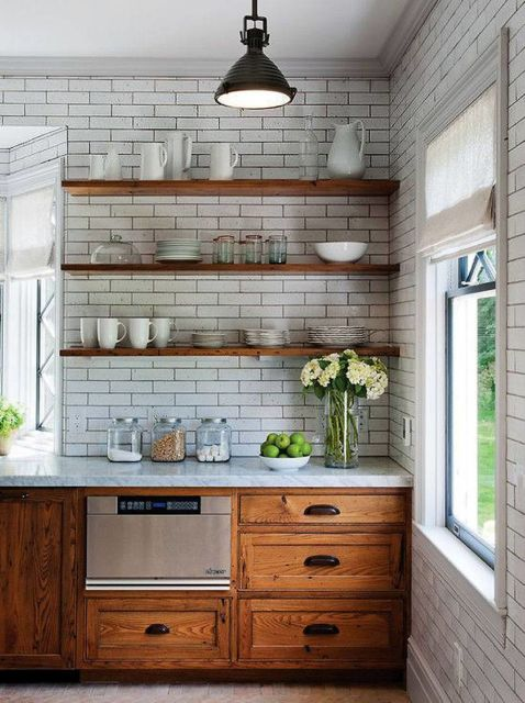Cozinha branca com prateleiras de madeira marrom.