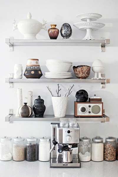 cozinha branca com prateleiras de madeira.