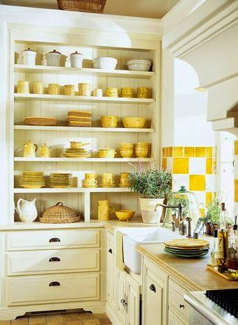 cozinha com áramrios e prateleiras.