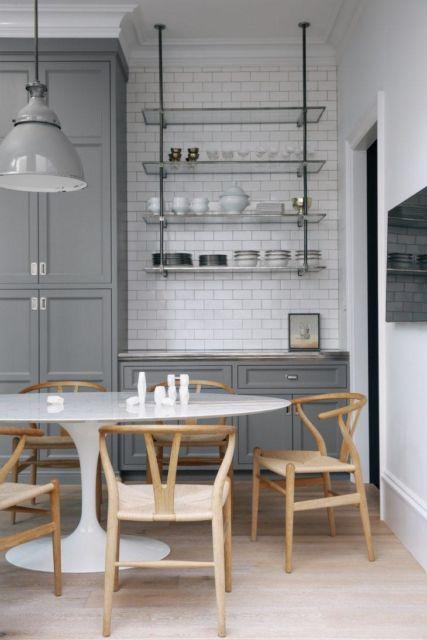 cozinha escandinava branca com prateleiras de vidro.