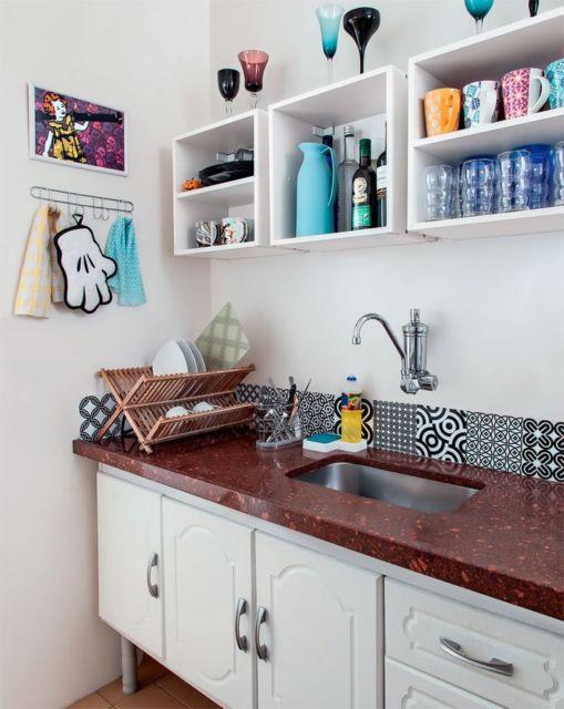 cozinha branca com prateleiras na mesma cor.