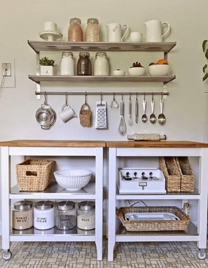 Cozinha branca com prateleiras.
