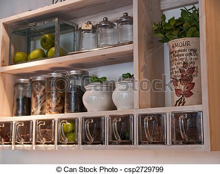 cozinha com paredes cinza e prateleira com compartimentos.