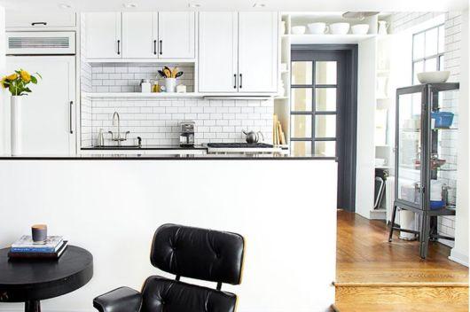cozinha pequena branca americana.