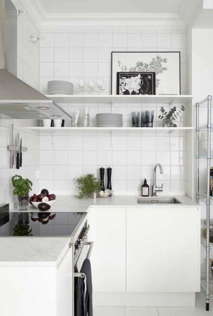 cozinha pequena branca com prateleiras.