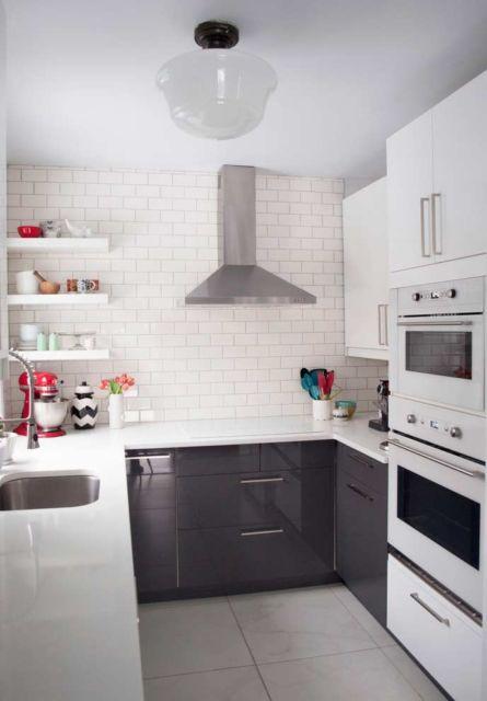 cozinha branca com prateleiras pequenas.