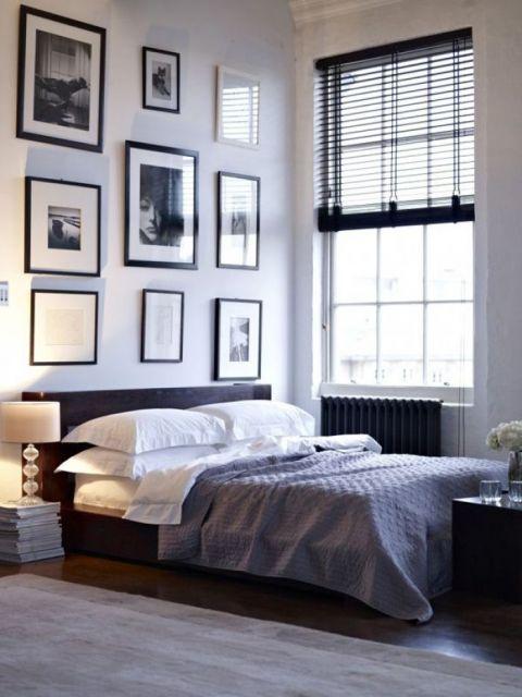 Vários quadros verticais combinando perfeitamente com o estilo preto e branco do ambiente