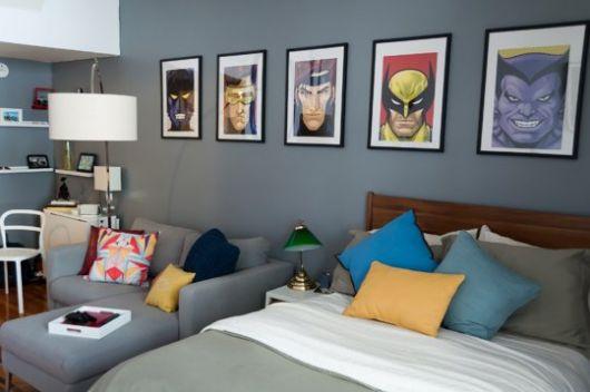 Vários quadros na parede larga em homenagem a diversos heróis
