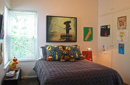 Um quadro único e grande acima da cama
