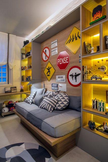 Em vez de quadros para quarto masculino, você pode investir em sinalizações e similares