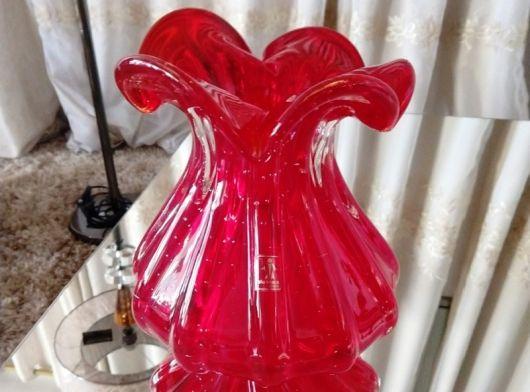 decoração com vaso vermelho