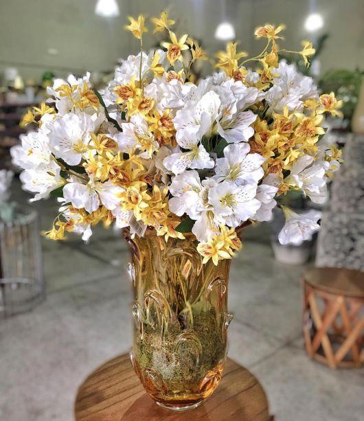vaso com arranjo de flores