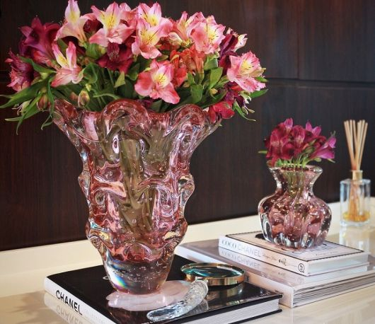 mesa de centro com arranjo de flores