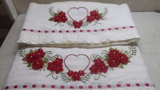 Toalha com flores de fitas