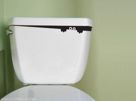 Adesivo de monstro em vaso sanitário.