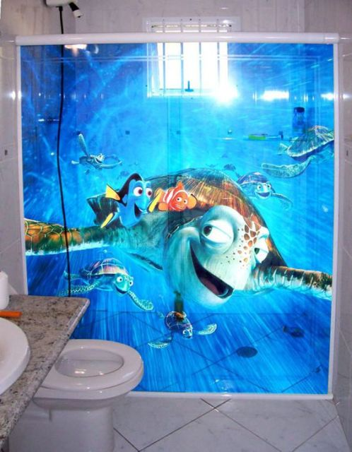 Box com adesivo do filme Procurando Nemo.