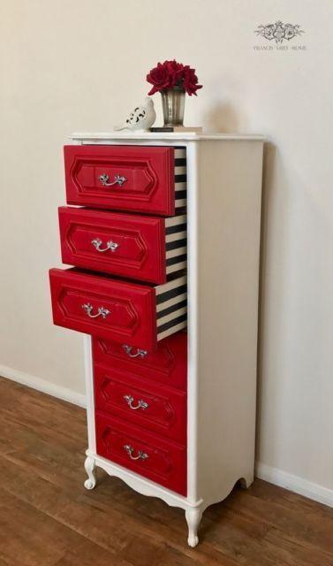 Móvel branco e vermelho, com adesivos na parte interna das gavetas.