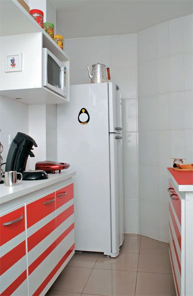 Cozinha com adesivos laranja.
