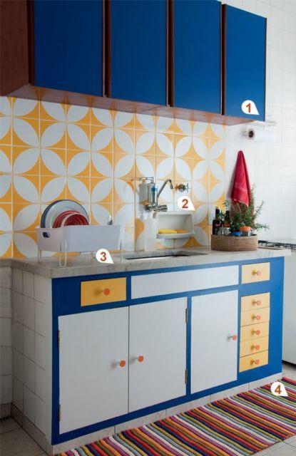 Cozinha com detalhes em azul, branco, laranja e amarelo.