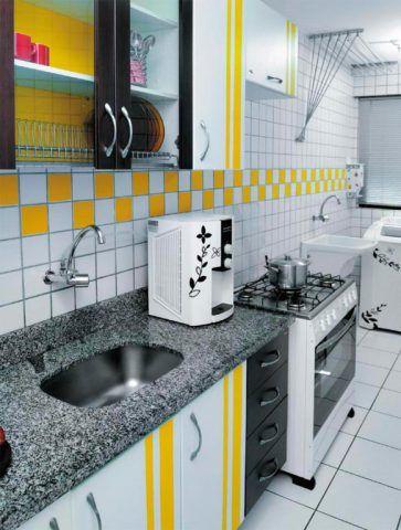 Cozinha branca, amarela e preta.