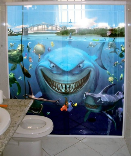 Banheiro com adesivo dos personagens de Procurando Nemo.