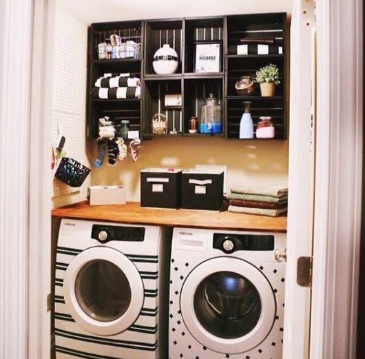 Lavanderia com adesivo em secadora e lavadora de roupas.