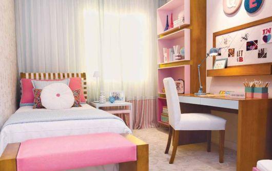 quarto com escrivaninha de madeira