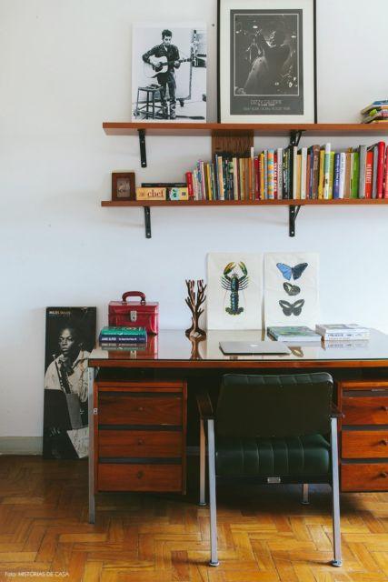 Escrivaninha com prateleiras de madeira, já pensou em um móvel assim?