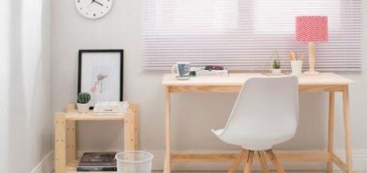 Ambiente decorado com escrivaninha moderna em madeira clara