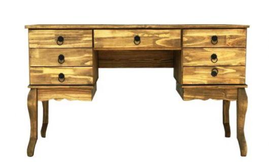 Escrivaninha feita com madeira maciça