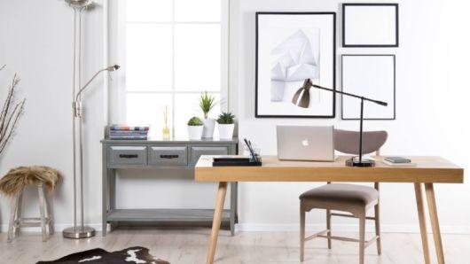 Home office moderninho com escrivaninha básica de madeira