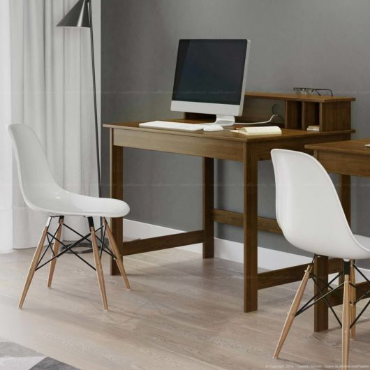 escrivaninha moderna de madeira com cadeiras com design inovador