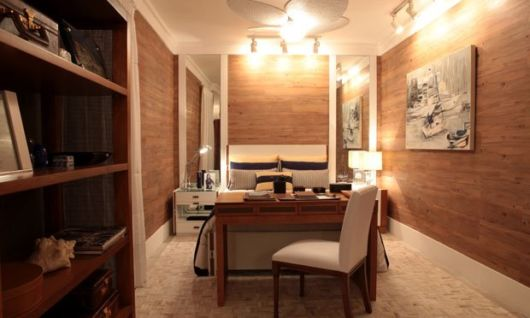 Sugestão de quarto com espaço para home office com escrivaninha de madeira