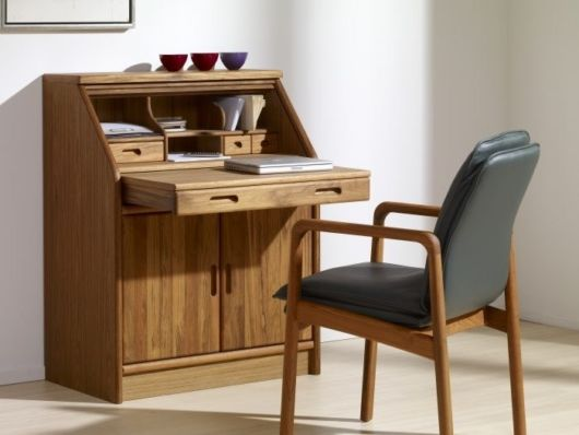 Escrivaninha pequena de madeira com gavetas