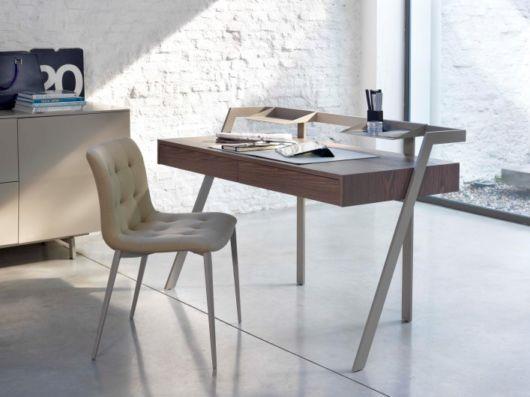Escrivaninha com tampo de madeira com os pés de outro material