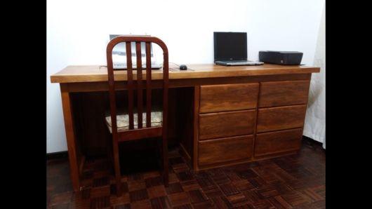 Home office com escrivaninha de madeira maciça