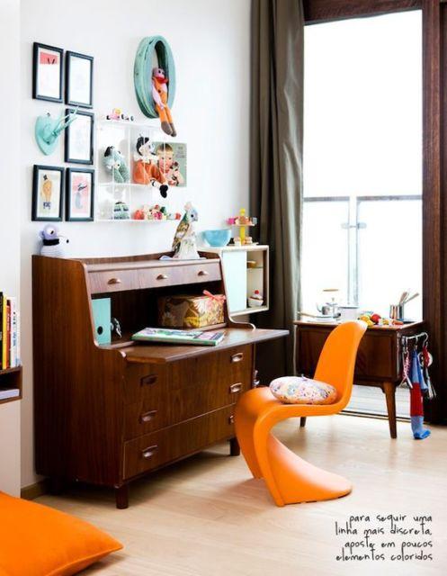 Escrivaninha charmosa de madeira com gavetas
