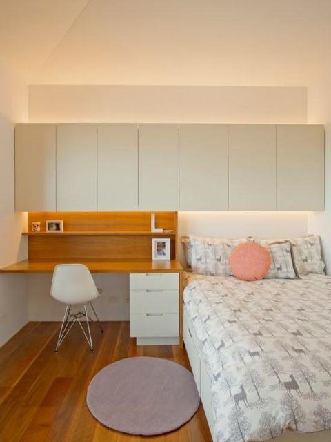 Adapte o espaço no quarto para criar um home office com escrivaninha de madeira
