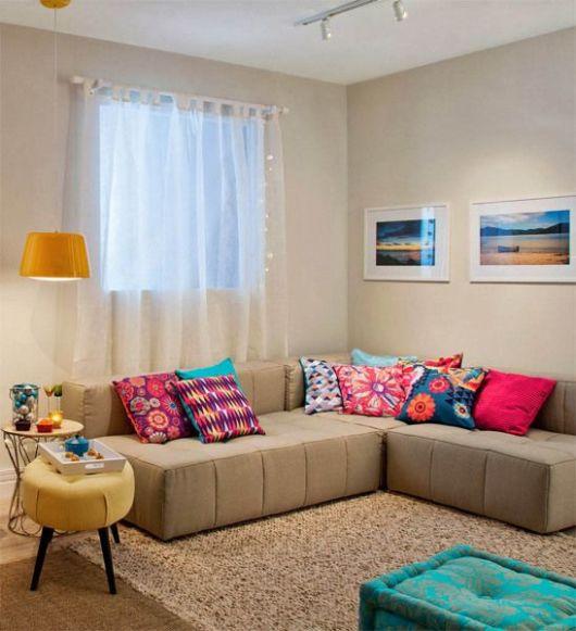 sofá bege com almofadas coloridas