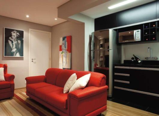 sofá vermelho com almofadas