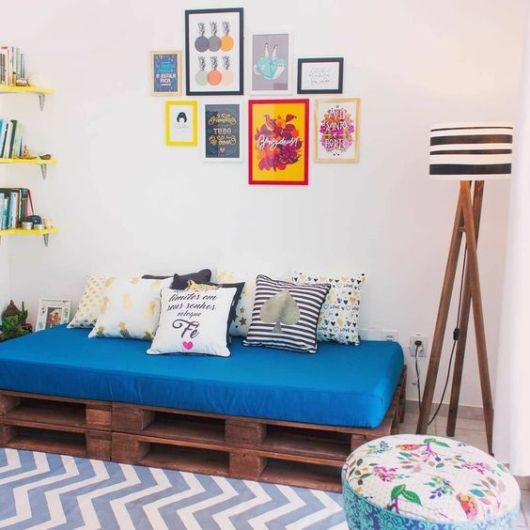 sala com sofá de pallets
